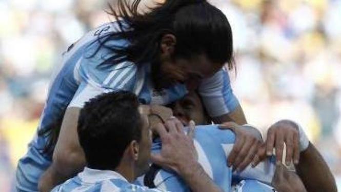 Pemain Argentina rayakan gol kedua