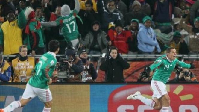Javier Hernandez (14) rayakan gol ke gawang Prancis