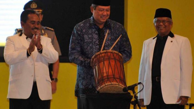 SBY diapit Presiden PKS Luthfi Hasan (kiri) &  Hilmi Aminuddin
