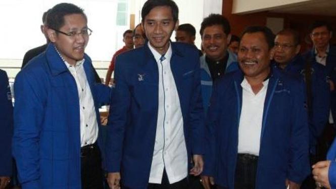 Edhie Baskoro Yudhoyono diapit Anas Urbaningrum & Jhonny Allen Marbun