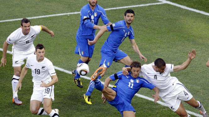 Alberto Gilardino (Italia) berebut bola dengan Winston Reid (Selandia Baru)