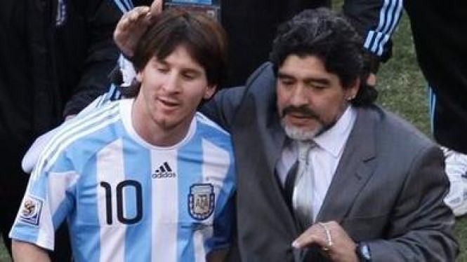 Lionel Messi (kiri) dan Diego Maradona