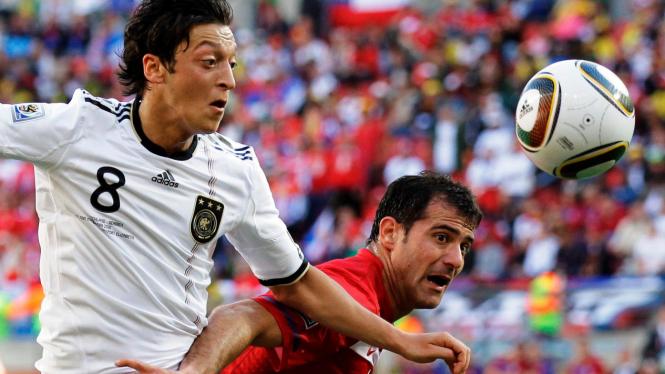 Mesut Ozil (kiri)