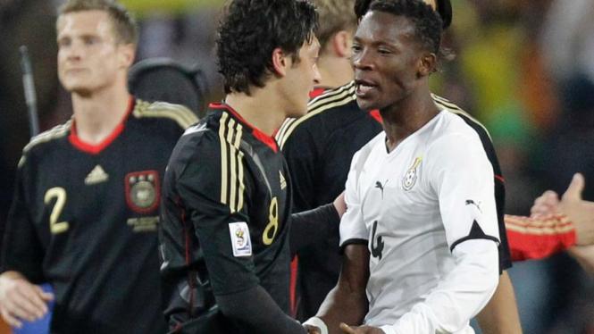 Pemain Jerman, Mesut Oezil bersalaman dengan pemain Ghana.