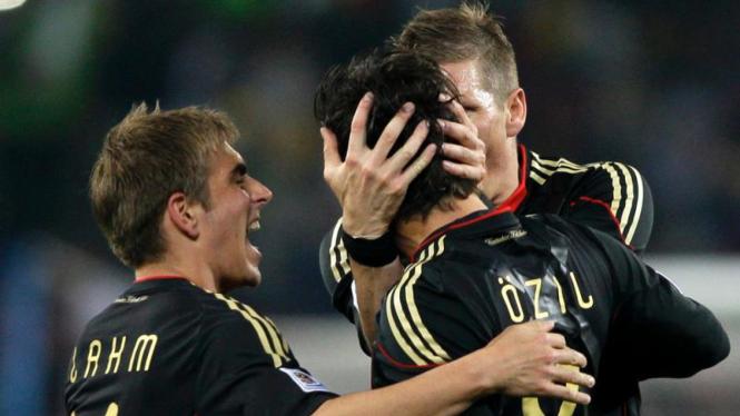 Tim Jerman merayakan golnya.