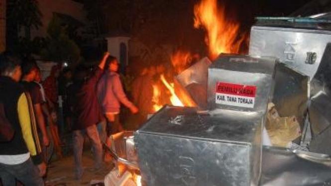 Massa bakar hasil suara Pilkada Tana Toraja 2010
