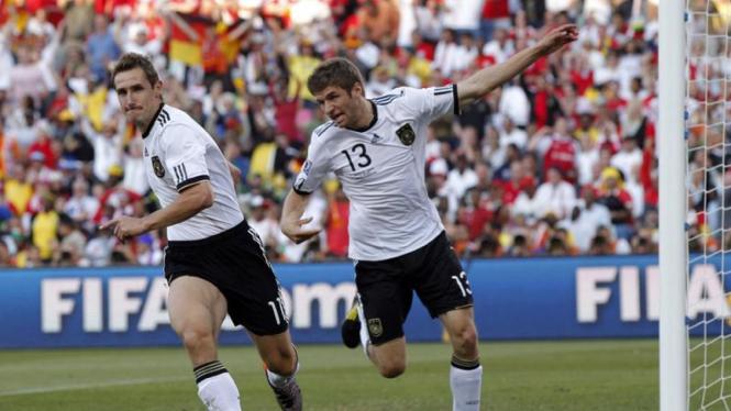 Miroslav Klose (kiri) dan Thomas Mueller