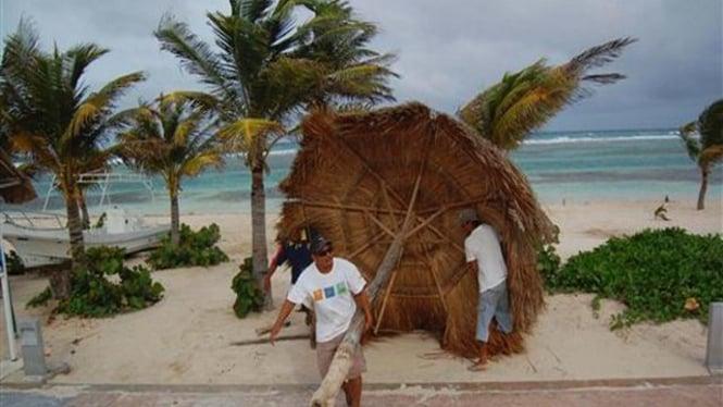 Penduduk kota Mahaual, Meksiko, bersiap hadapi Topan Alex