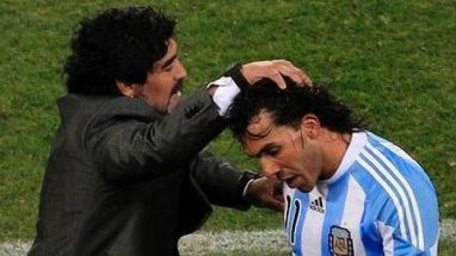 Carlos Tevez (kanan) dan Diego Maradona
