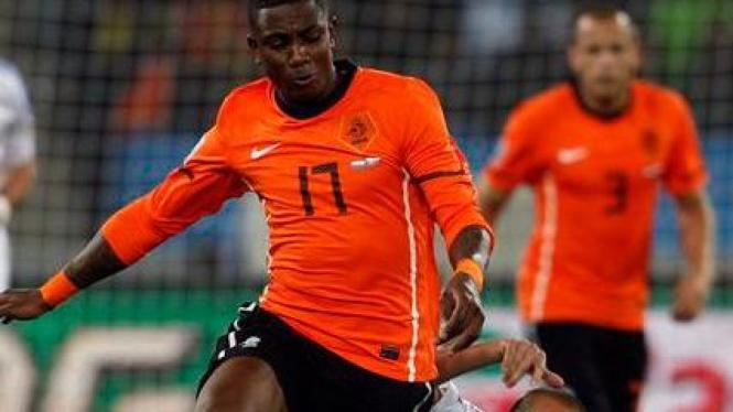 Eljero Elia berebut bola dengan pemain Slovakia Kamil Kopunek bawah