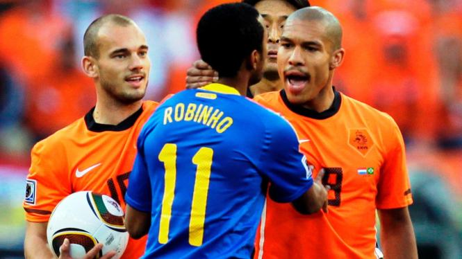 Nigel de Jong (kanan) dan Robinho (tengah)