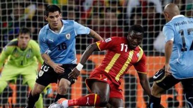 Sulley Muntari dikepung pemain Uruguay
