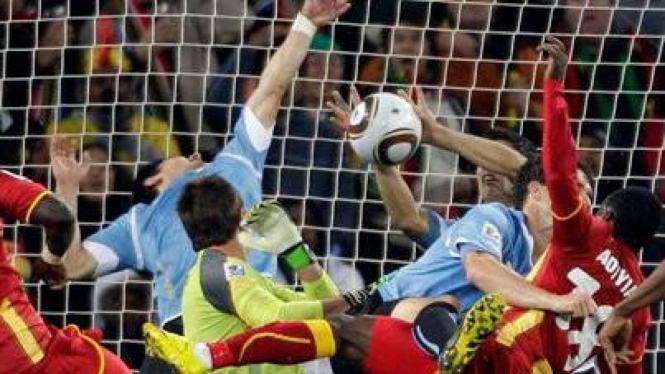 Tangan Luis Suarez selamatkan Uruguay