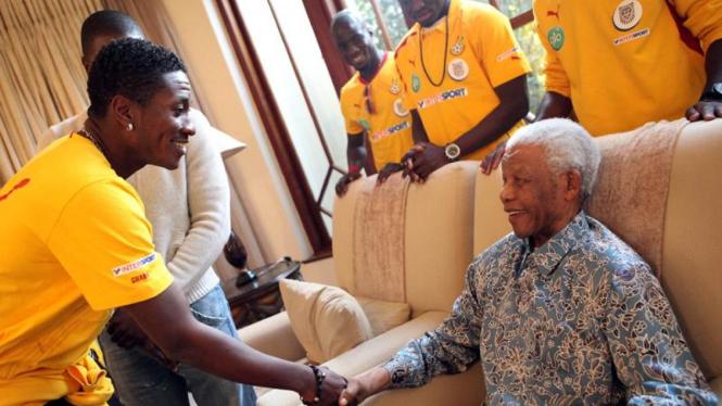 Asamoah Gyan (kiri) menyalami Nelson Mandela