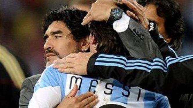 Lionel Messi Dipeluk Diego Maradona