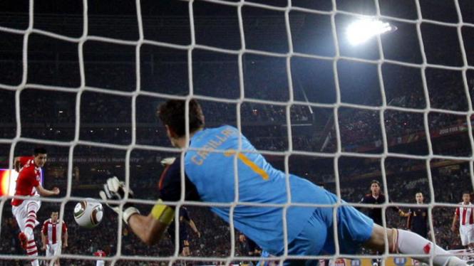 Iker Casillas saat menghadang penalti Oscar Cardozo