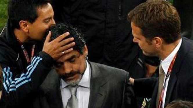 Diego Maradona tengah meninggalkan lapangan usai Argentina dikalahkan Jerman