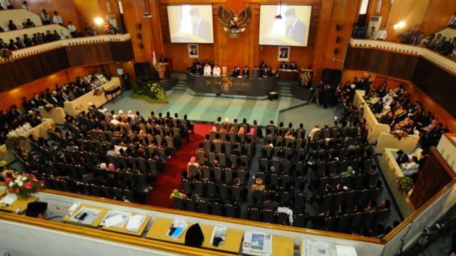 rapat dewan anggota DPRD Jatim