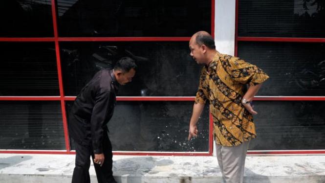 Pemimpin Redaksi Majalah Tempo Wahyu Muryadi menunjuk lokasi bom molotov