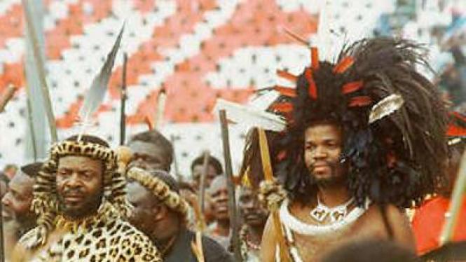 Raja Mswati dari Swaziland (kanan)
