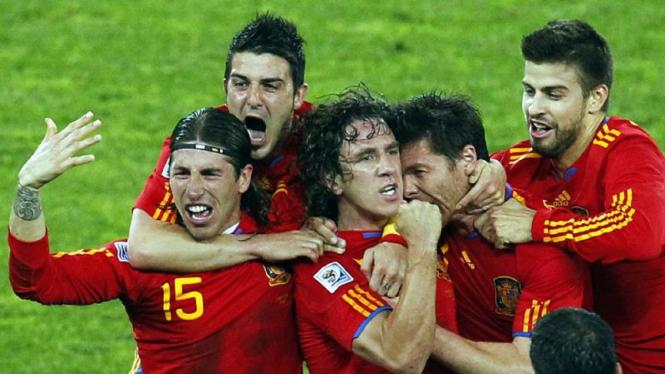 Para pemain Spanyol merayakan gol Carles Puyol (ketiga dari kiri)
