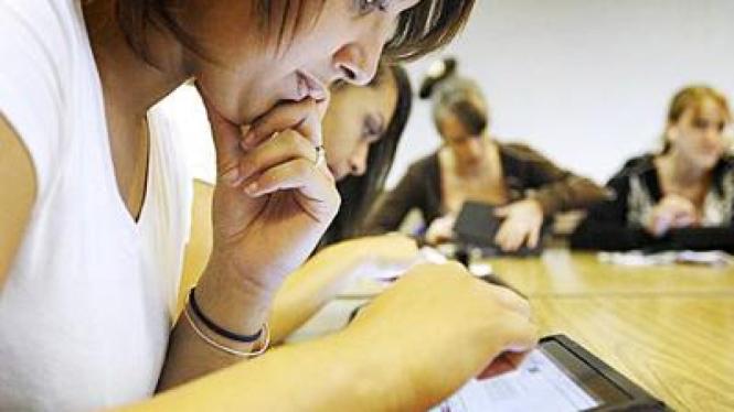 Alyssa Johnson, siswi Kelly Walsh High School, Wyoming, yang menggunakan iPad