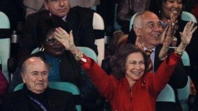 Ratu Sofia dari Spanyol (merah) dan Presiden FIFA Sepp Blatter
