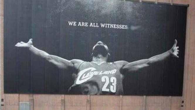 Reklame iklan Lebron James yang diturunkan di Cleveland, Ohio.