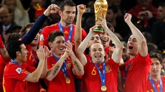 Andres Iniesta - Spanyol mengangkat trofi Piala Dunia 2010