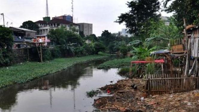 Sungai Ciliwung di Matraman Dalam alami penyempitan akibat pendangkalan