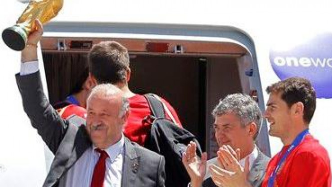 Vicente del Bosque pamerkan trofi Piala Dunia saat keluar dari pesawat
