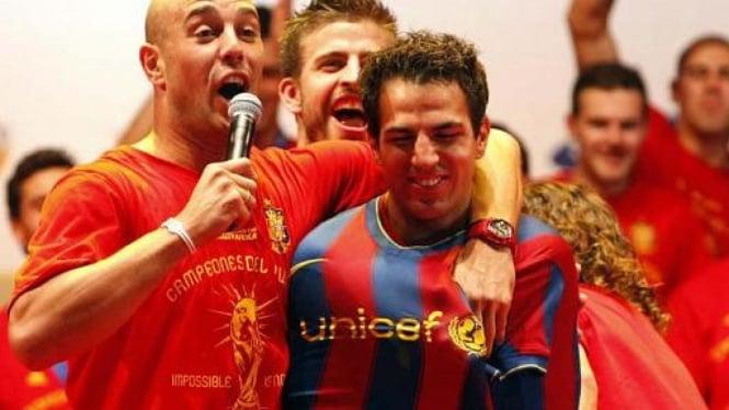 Cesc Fabregas Dipaksa Kenakan Kostum Barcelona