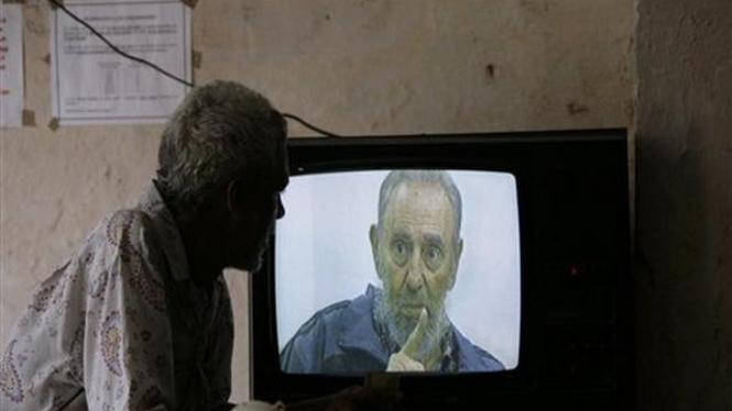 Seorang warga Kuba menonton tayangan wawancara dengan Fidel Castro