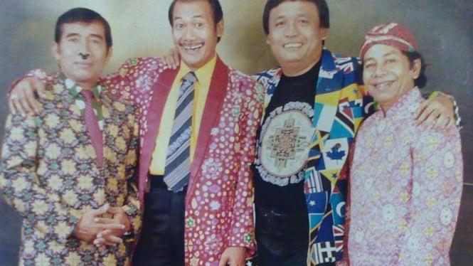 Pelita Grup: pelawak Cholik (dua dari kanan)