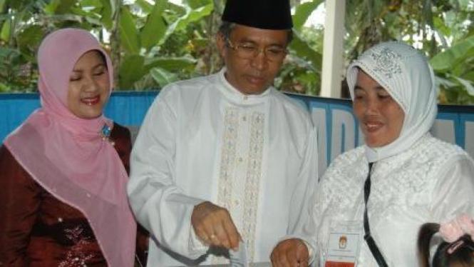 Calon Bupati Banyuwangi, Jalal, masukkan surat suara pilkada
