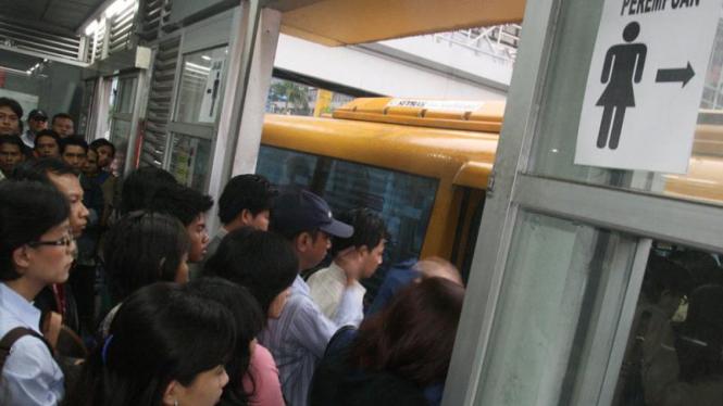 Pemisahan penumpang di halte Busway.