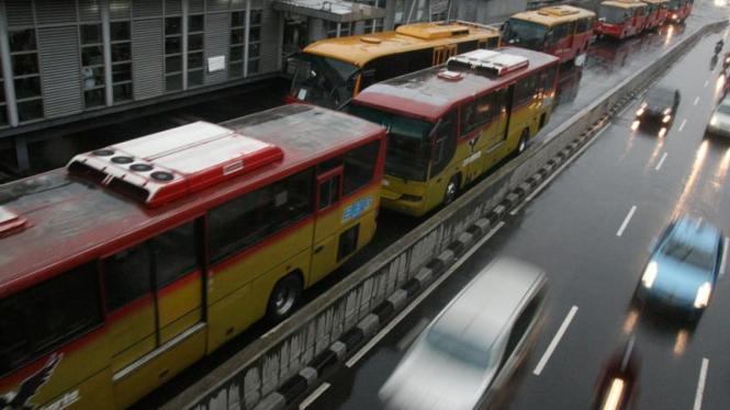 Bus Trans Jakarta mengantri di halte Harmoni.