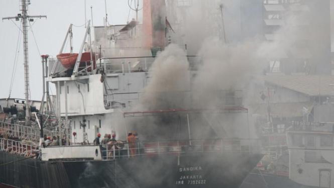Kapal motor tanker (MT) Sandika terbakar di, Pelabuhan Tanjung Priok.