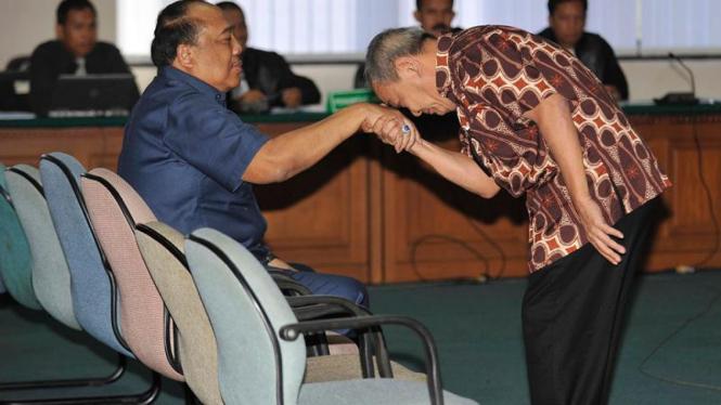 Anggodo Widjojo mencium tangan mantan Jaksa Agung Muda Intelijen, Wisnu Subroto.