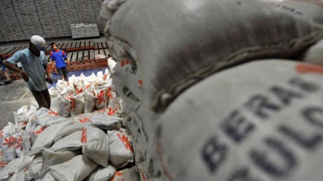 Stok beras di gudang penyimpanan Bulog.