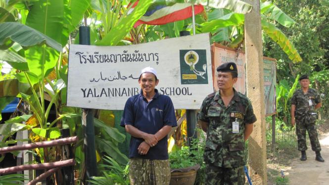 Tentara Thailand bersama dengan warga lokal di Provinsi Pattani
