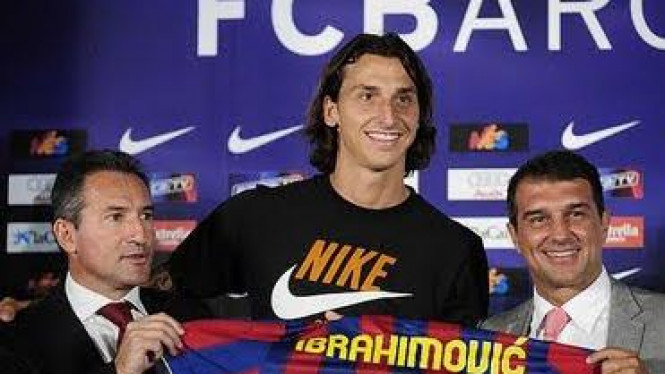 Txiki Begiristain (kiri) bersama Zlatan Ibrahimovic dan Joan Laporta