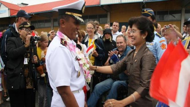 Dubes Esti Andayani mengalungkan bunga kepada komandan KRI Dewa Ruci