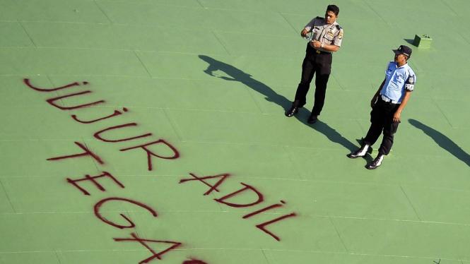 Coretan Pong Harjatmo di atap gedung DPR: Jujur, Adil, Tegas