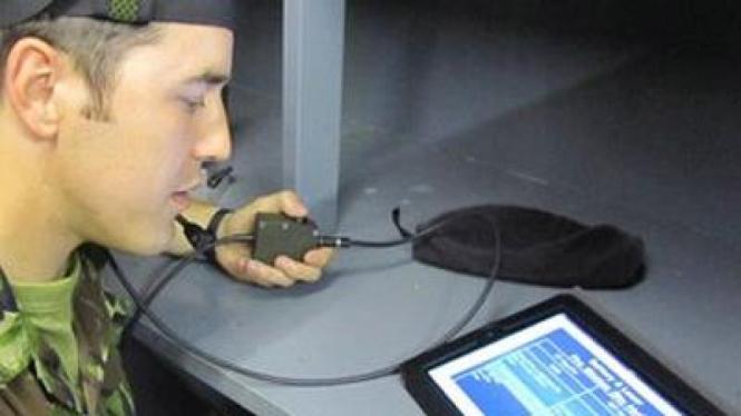 Tentara berlatih militer menggunakan iPad