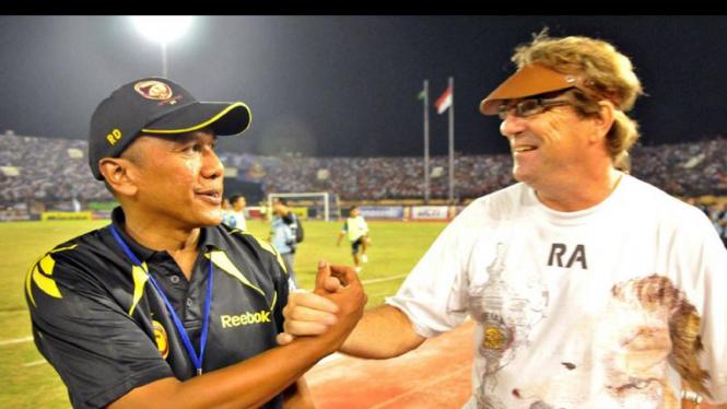 Rahmad Darmawan (kiri) dan