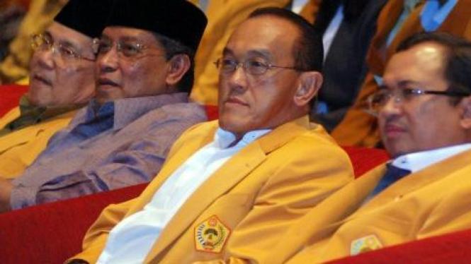Aburizal Bakrie diapit Priyo Budi Santoso dan Said Agil Siraj