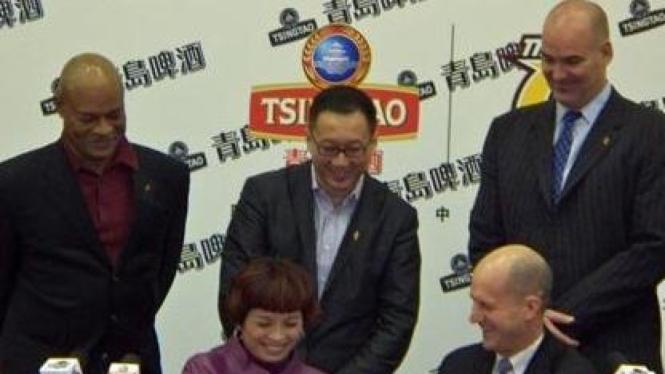 Kenny Huang (berdiri, tengah)