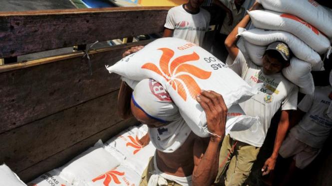 Sejumlah buruh mengangkut beras untuk masyarakat miskin (raskin) di Banyumas.