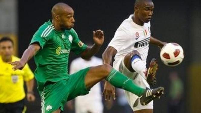Samuel Eto'o (putih) dan pemain Panathinaikos Cedric Kante
